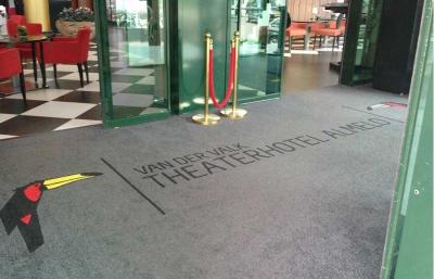 Een droogloopmat op maat voor de entree van hotel van der Valk