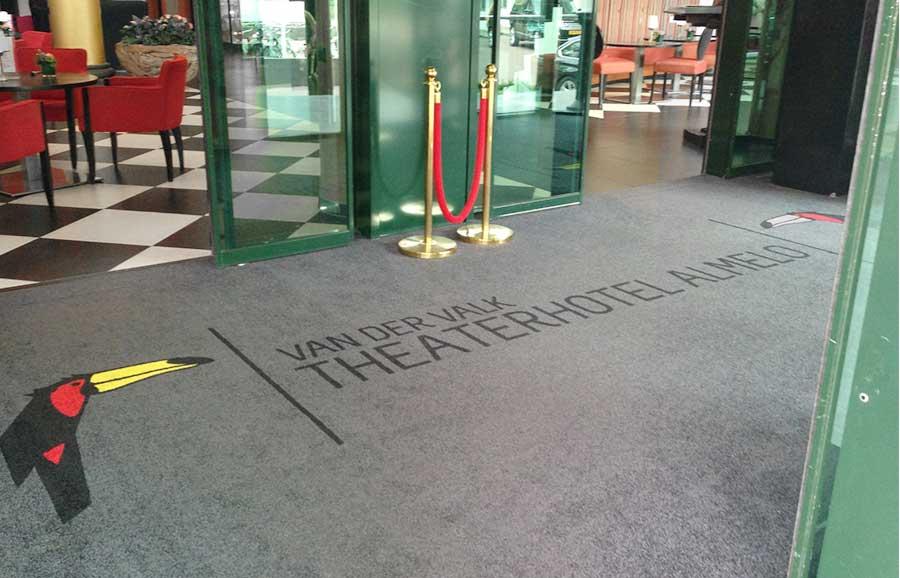 Een deurmat op maat voor de entree van hotel van der Valk