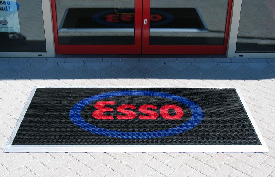 Borstelmat met logo van Esso