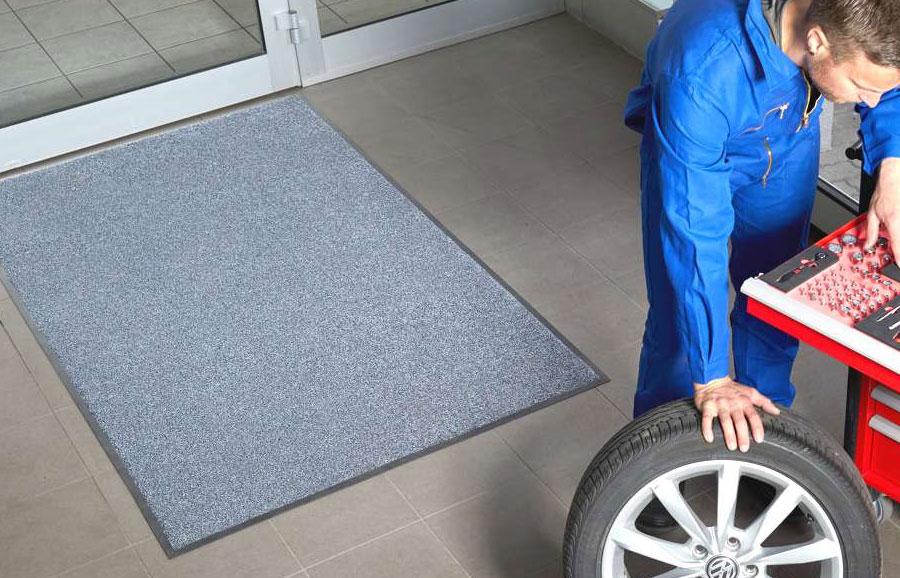 Multicolor mat bij in- en uitgang van de garage